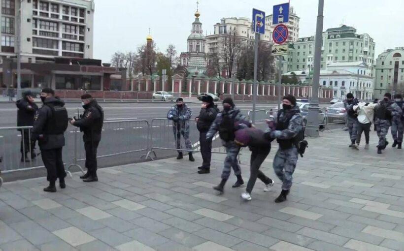 У посольства Франции в Москве прошли задержания митингующих